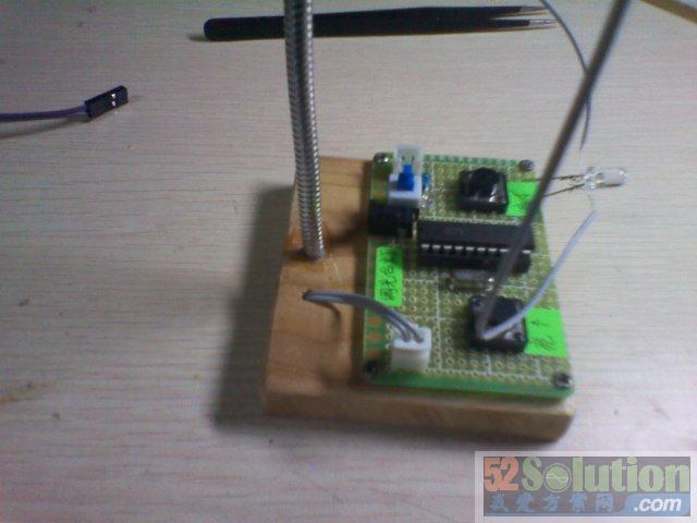 左右两边的按键是控制灯光的亮度,蓝色的开关控制电源,通过长按左右两边的按键来实现灯光的亮暗。 制作材料:木板,各种电子元件,鹅颈管(金属软管),电池盒,胶水,螺丝钉等。 制作工具:美工刀,电烙铁,螺丝刀等。 使用电压:6V(4节7号干电池),或者 5V(USB供电)。 制作这么一个调光台灯首先需要自己焊接一块控制电路板,我使用的是万能板,这也是为了纯手工制作的需要,焊接过程就不多加描述,直接给出焊接的效果图: